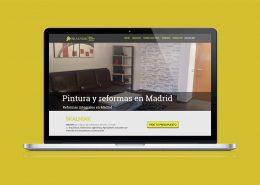 Montaje en el que un ordenador portátil muestra en su pantalla la home de pintura y reformas en Madrid